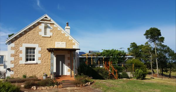 The Old Drik Drik Schoolhouse Retreat - Geraldton Accommodation