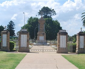 Warwick War Memorial and Gates - Geraldton Accommodation