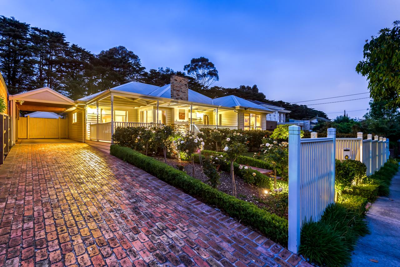 Lovely 5BR full house in Glen Waverley walk to train bus  shops - Geraldton Accommodation